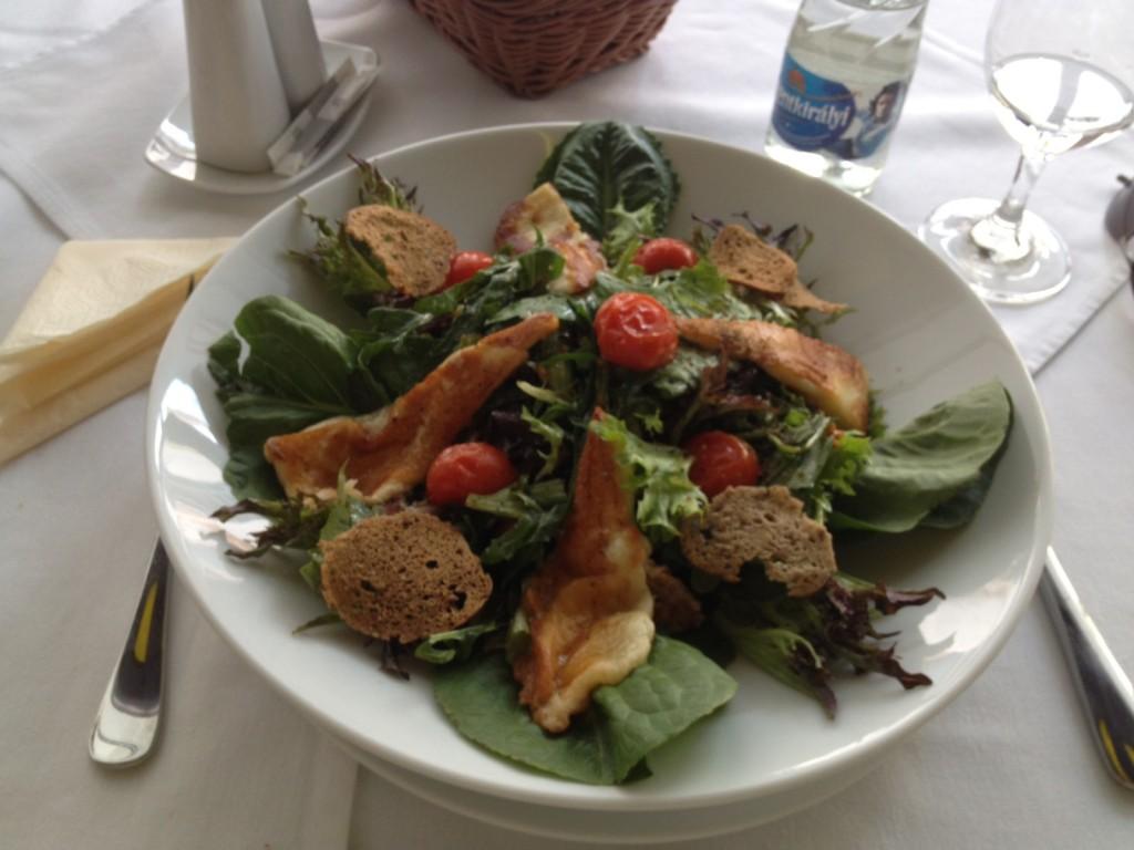 mórahalmi friss saláták grillezett haloumi sajttal és koktélparadicsommal