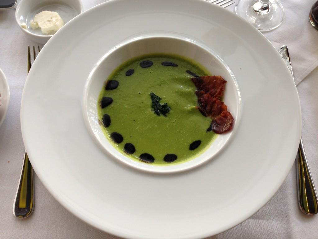 Zöldborsó krémleves sonkaropogóssal és fekete Oliva olajjal