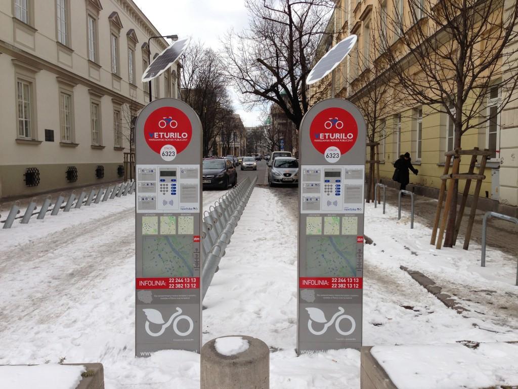 Varsói közbringa állomás télen, biciklik nélkül