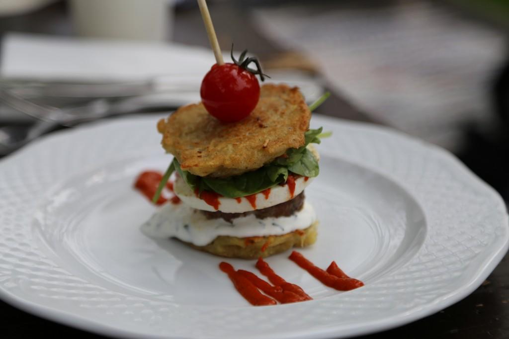 Macok Bisztró és borbár: Macok pogácsa-burger lecsókrémmel